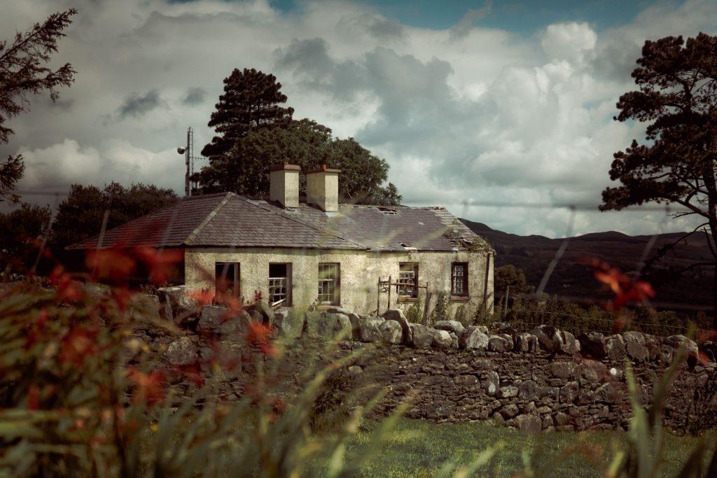 .⋗ 0001 IRELAND lost house ⋖.